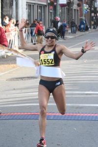 Ivette Mefia sets 10k course record at the 2017 Troy Turkey Trot in Troy, NY on Thanksgiving Day.